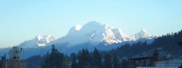 Das Ziel vor Augen – Blick auf die Cordillera Blanca von Huaraz (Peru). Foto: Wolfgang Schmale, 16.8.2014
