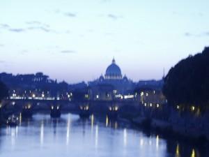 Rom, Petersdom in der Dämmerung, verzerrt: Die Lichter mutieren zu Fragezeichen… Foto: Wolfgang Schmale, 28.10.2004