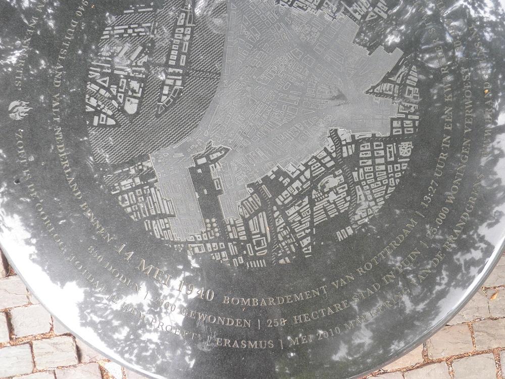 Gedenkstein von 2010 an die Bombardierung Rotterdams 1940, aufgestellt in der Nähe des Wereldmuseums. Foto: Wolfgang Schmale, 28. Juli 2015.