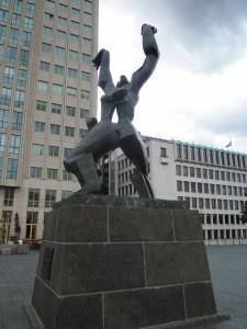 """Skulptur """"Die zerstörte Stadt"""" von Ossip Zadkine, Rotterdam, 1940 Plein. Foto: Wolfgang Schmale, 28.07.2015"""