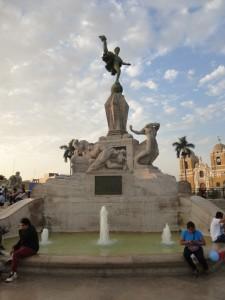 Trujillo, Nationaldenkmal auf der im kolonialen Stil gehaltenen Plaza de Armas; Foto: Wolfgang Schmale, 24.8.2015