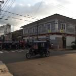 Iquitos-Mototaxis-startbereit-an-der-Ampel