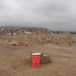 Pachacamac Aufeinandertreffen von moderner Siedlung und archäologischer Stätte