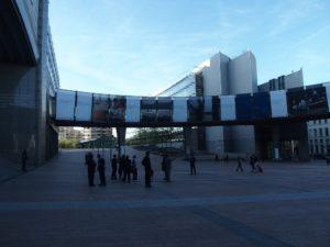 Brüssel, vor dem EU-Parlament, Plakate zu Zukunftsthemen, die gemeinsam zu bewältigen sind; Foto: Wolfgang Schmale,Oktober 2018.