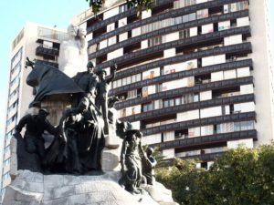Barcelona Plaça de Tetuan, Denkmal Bartomeu Robert; im Hintergrund Katalexit Hochhaus; Foto: Wolfgang Schmale