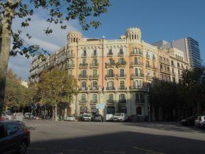 Barcelona Eixample, zu oktogonalen Plätzen gestaltete Straßenkreuzungen mit typischem historistischem Haus; Foto: Wolfgang Schmale