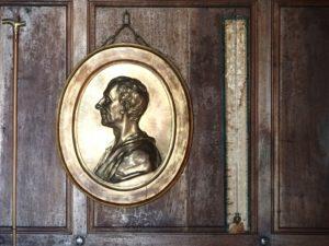 Montesquieu, einer der Väter der atlantischen Demokratie, Porträt-Medaillon in seinem Schloss in La Brède; Foto: Wolfgang Schmale