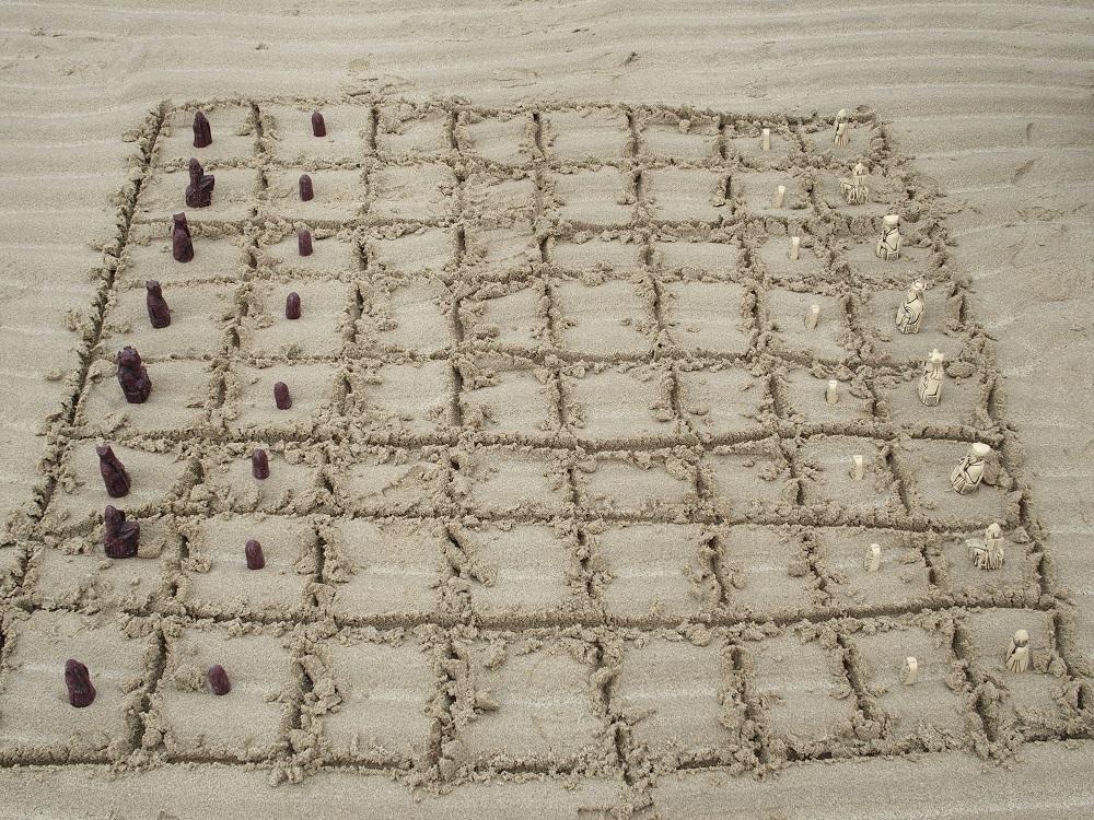 Schachspielen am Strand der Bucht von Uig - wo 1831 die wohl im 12. Jahrhundert geschnitzten Schachfiguren aufgefunden wurden. Sie dürften in Norwegen gemacht worden sein, damals zählten die Äußeren Hebriden zu Norwegen. Die Figuren sind heute ein wichtiges historische Element schottischer 'Identität'...